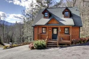 The exterior of the Cant Bear to Leave cabin in Gatlinburg.
